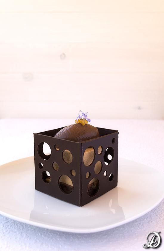 Receta de postre elegante en plato, con caramelo,naranja y chocolate
