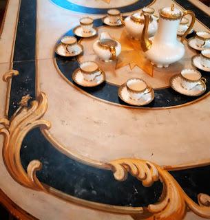 detalle de mesa y juego de cafe en el desembalaje de Cantabria