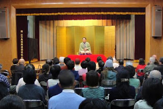 講師・三遊亭楽春のコミュニケーション講演会、笑いの力ですっきりリフレッシュの風景。