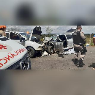 Imagens fortes! Batida entre dois carros deixa um morto e vários feridos na PB