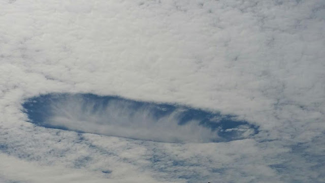 Ovnis visto Em Nuvens sobre Ontario, Canada em 04 novembro de 2015