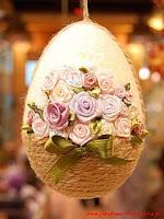 uovo di polistirolo con spago e rose di raso