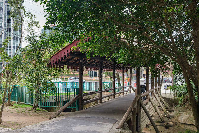 A ponte coberta e com lambrequins no rio Belém