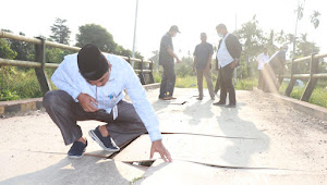 Bupati Tanjabbar Tinjau Infrastruktur yang Rusak