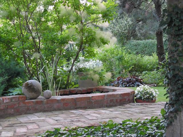 kamienne kule w ogrodzie