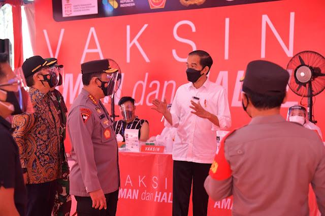 Presiden Jokowi Tinjau Vaksinasi Massal Jelang HUT Bhayangkara ke-75