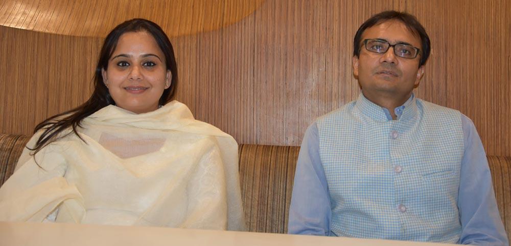 जानकारी देते हुए विवेक सचदेव और मोना चड्ढा