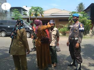 Personil Polsek Cendana Polres Enrekang Bersama Instansi Gabungan Melaksanakan Operasi Yustisi Di Pasar Kabere