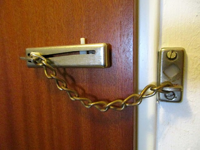 Kizárta a lakásból az élettársát egy nő, a férfi erre betörte az ajtót