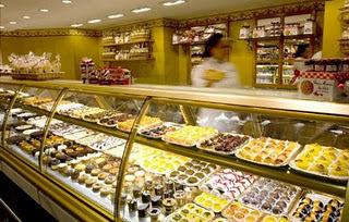 O Empório Santa Luzia e a variedade de doces e pães. cb05315ad74
