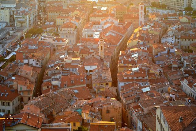 니스 구시가의 오랜지색 지붕들