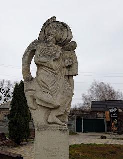 Святогірськ. Скульптура прочанина на перехресті по вул. Івана Мазепи