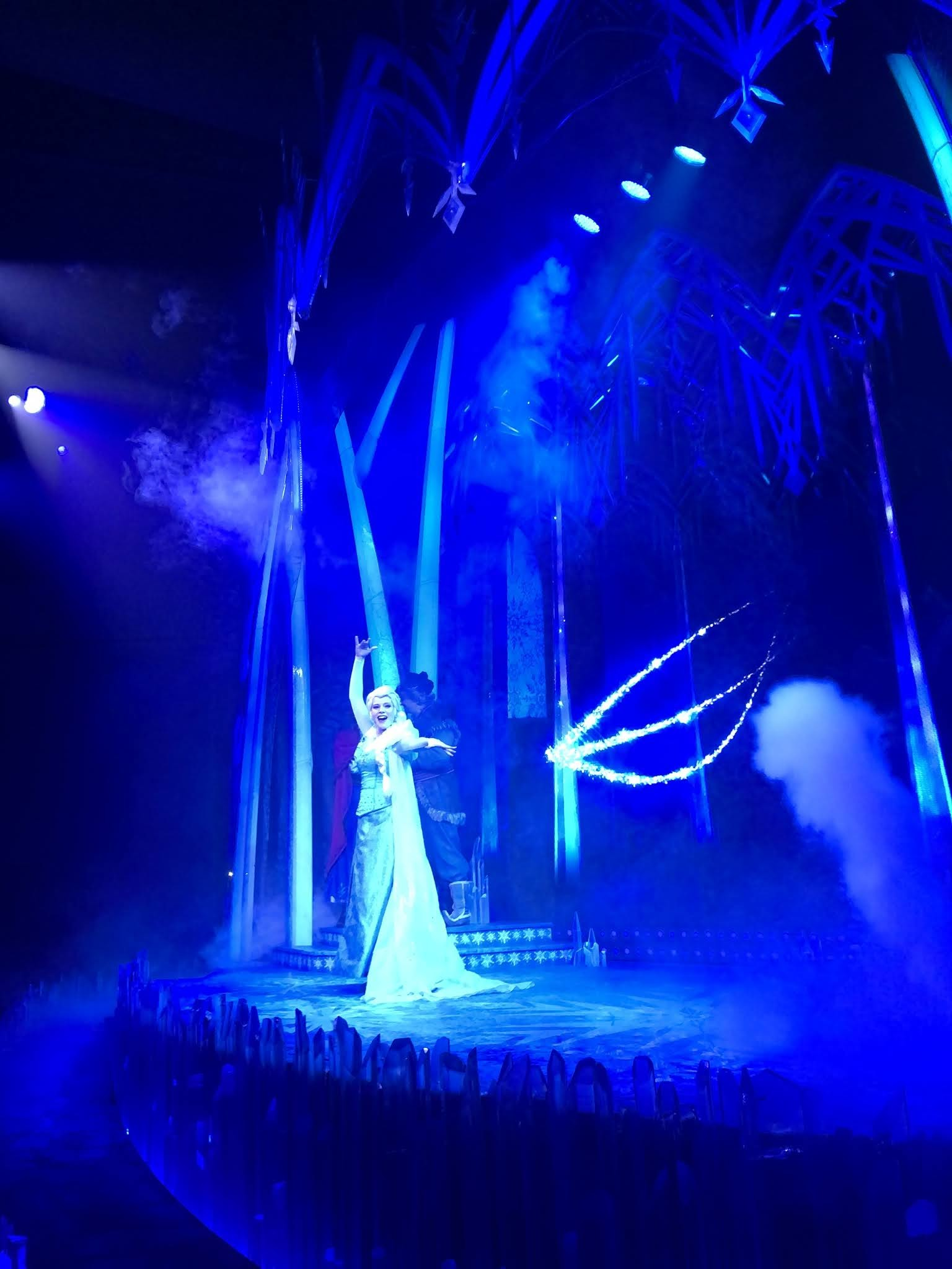 """""""ملكة الثلج"""" إلسا تجذب الأطفال للمسرح"""