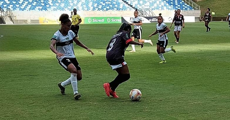 Meninas jogando futebol na Arena