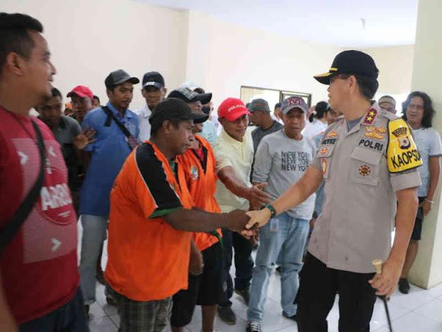 Mangente Kamtibmas, Royke Lumowa Makan Bersama Buruh Pelabuhan Ambon