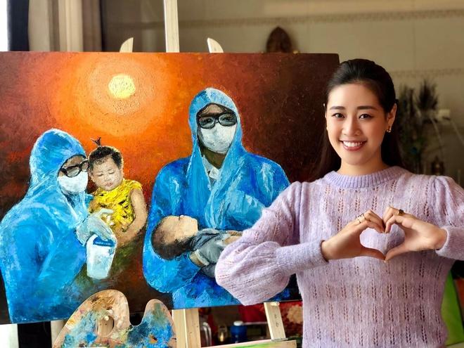 Hoa hậu Khánh Vân xin lỗi khi vẽ tranh không xin phép