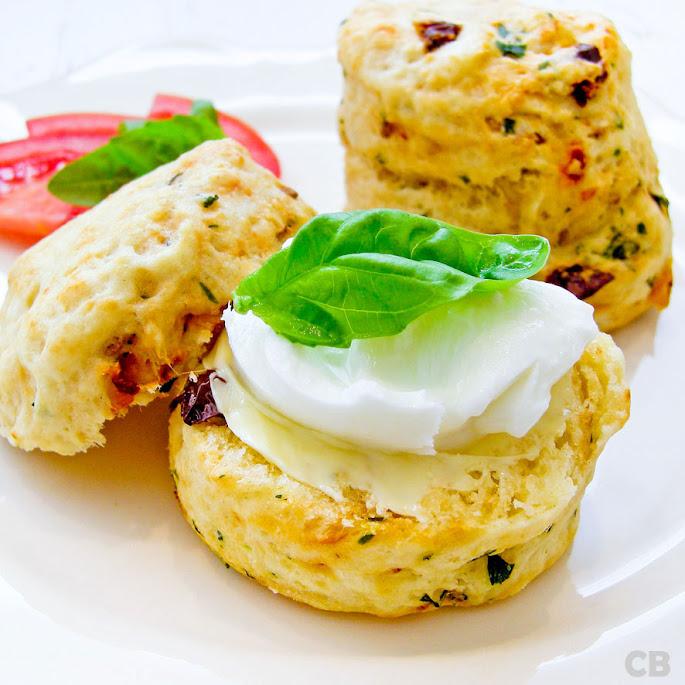 Hartige scones met kaas en zongedroogde tomaten