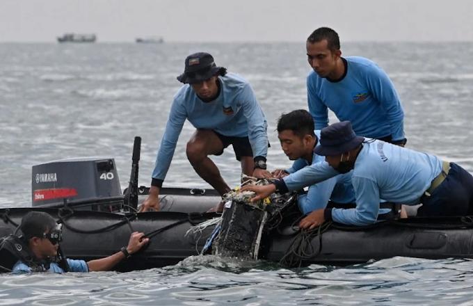 Indonesia, si inabissa in mare Boeing 737 con 60 a bordo