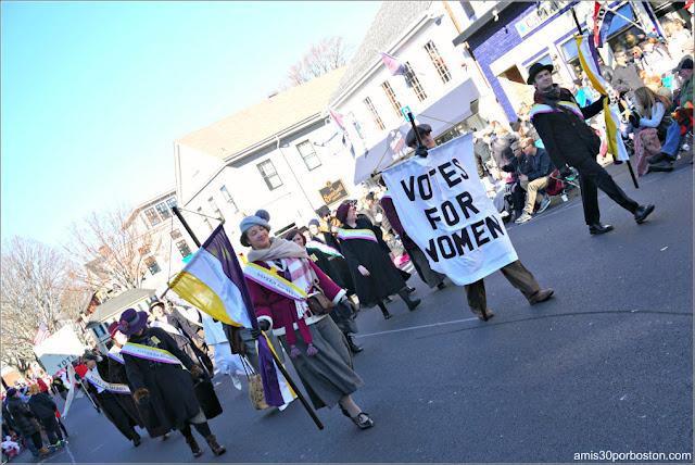 Sufragistas en el Desfile de Acción de Gracias de Plymouth