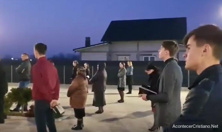 Rumanos cantando alabanzas