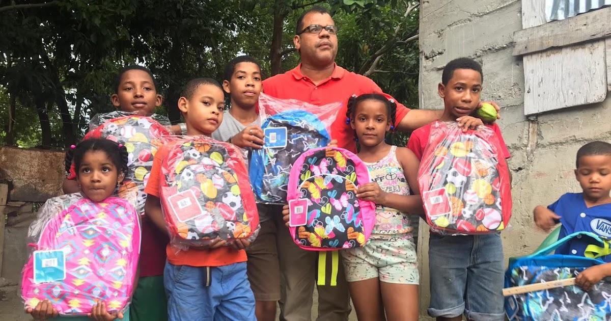 EN SAN JUAN: Precandidato a diputado Isaias Santos Villegas, entrega mochilas a niños de diferentes zonas de esta provincia.
