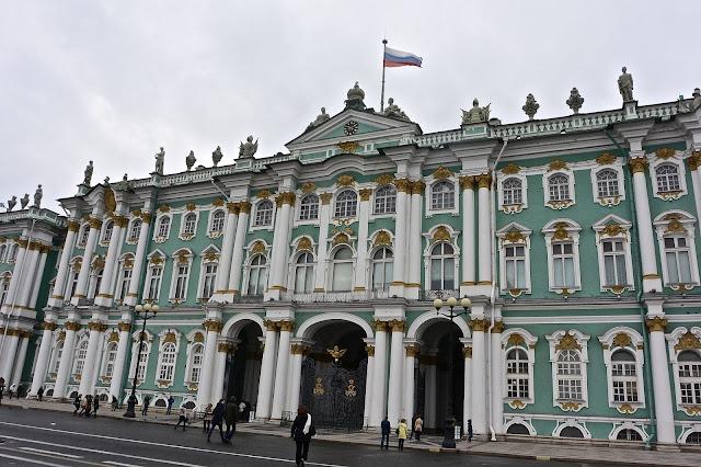 Saint Pétersbourg : la façade princiaple du Palais d'Hiver  L'entrée du musée de l'Ermitage