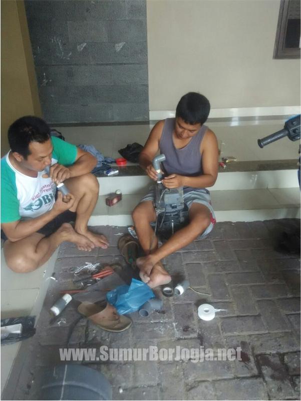 tukang servis dari sumurborjogja.net saat proses service pompa air di Godean Sleman Yogyakarta