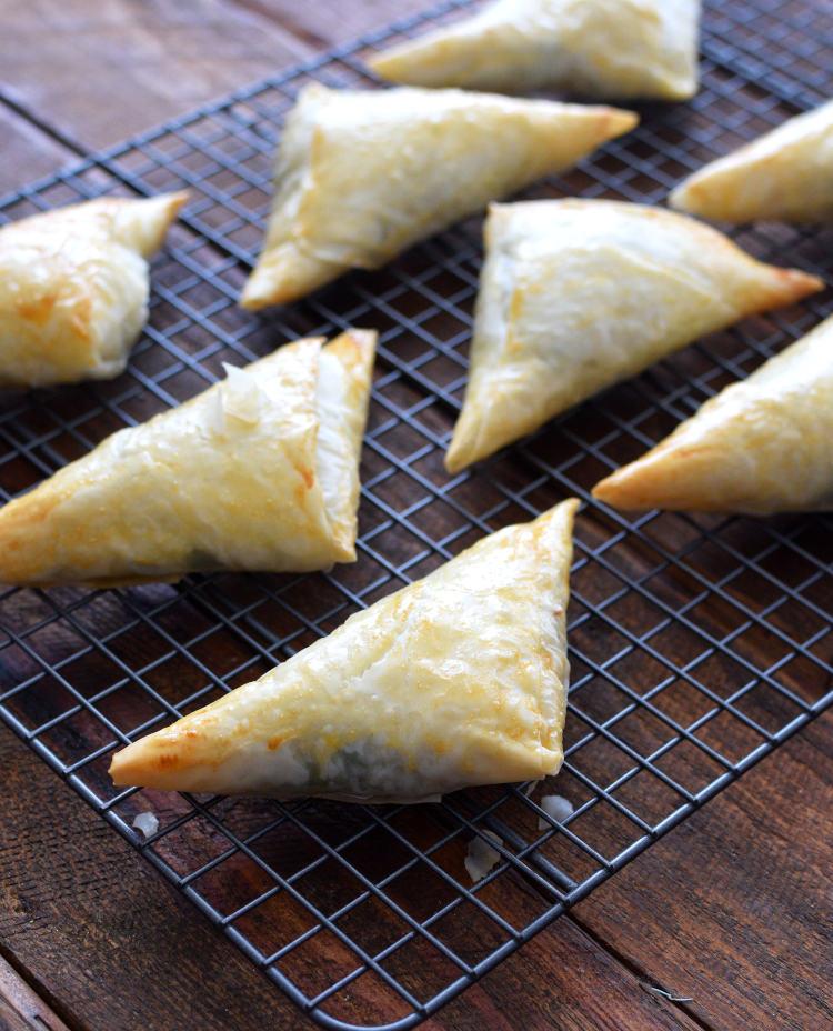 Triángulos de masa filo recién salidos del horno