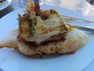 Pincho de calabacín relleno de queso y jamón cocido.