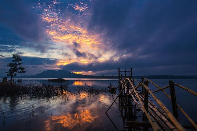 Khi hoàng hôn buông xuống, hồ Ea Kao vẫn mang nét đẹp lung linh không hề kém lúc sáng mai