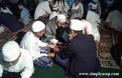 MAKAN SAPRAHAN : Ratusan santri bersama tamu undangan berbuka puasa bersama dengan Saprahan.  Makan bersama dalam satu wadah,  Foto Asep Haryono