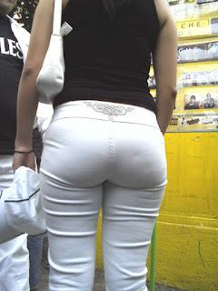 Guapa mujer nalgona pantalon apretado