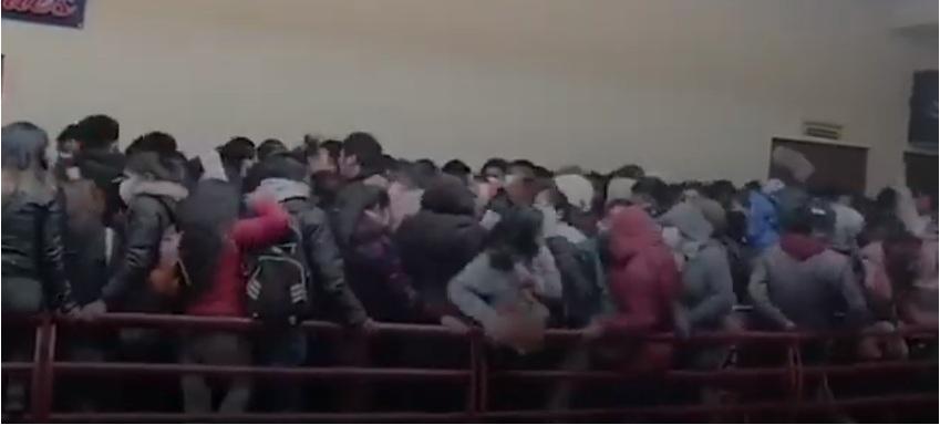Chen lấn gãy lan can trường học, 7 sinh viên tử vong
