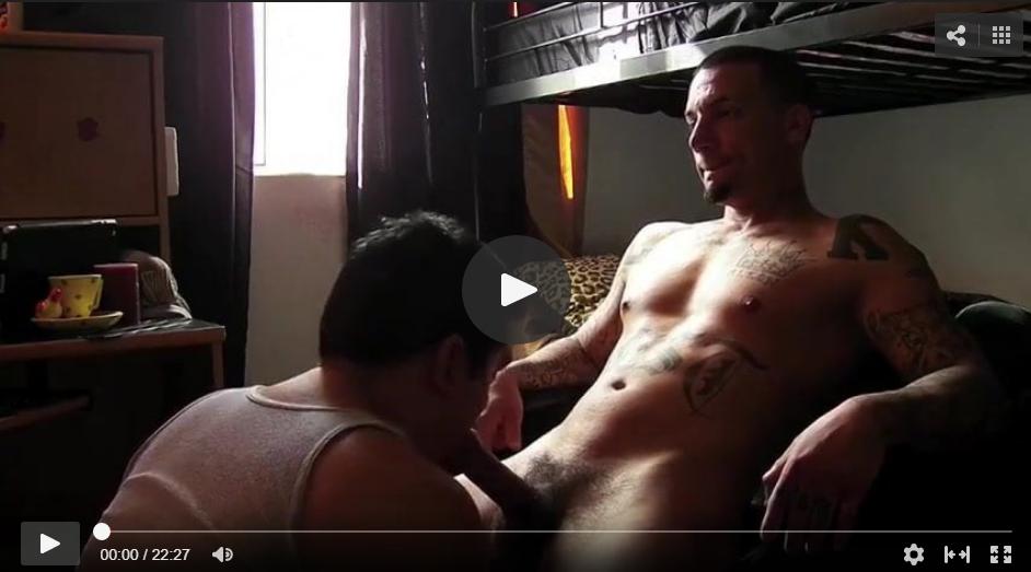 dando sexo oral a un hombre
