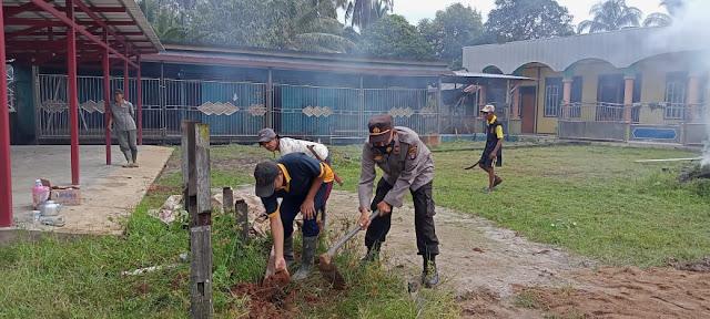 Personil Pulau Hanaut Melaksanakan Jumat Bersih