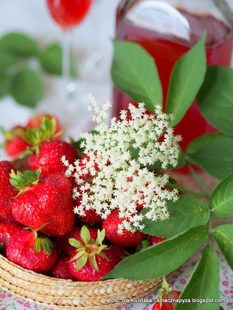 naleweczka z truskawek i kwiatow bzu, czarny bez, truskawki, dziki bez, przetwory, domowa spizarnia, spirytus,