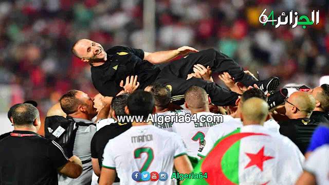 بلماضي يحتفل مع اللاعبين بع الفوز بالكأس 2019