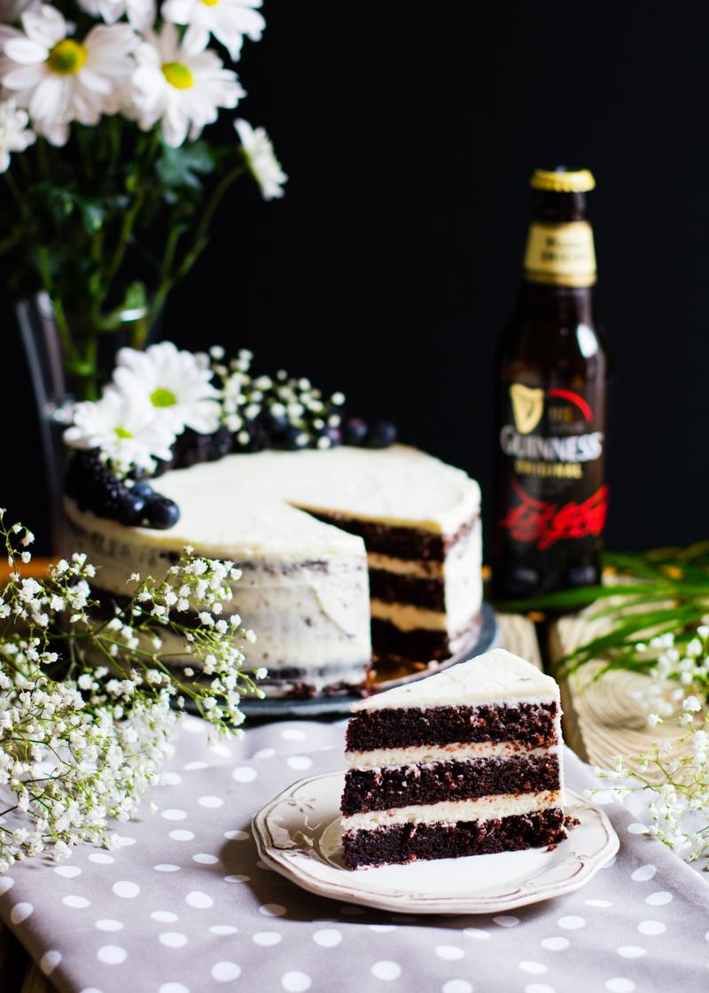 Tarta Guinness con relleno y cobertura de frosting de queso