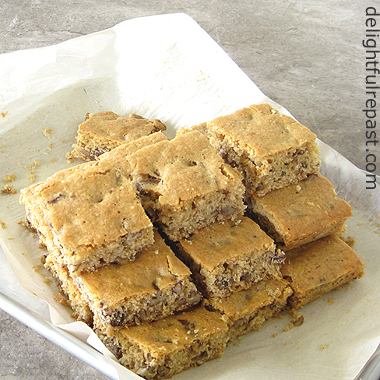 Chewy Pecan Bars - Pecan Blondies / www.delightfulrepast.com