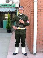 Bir askeri inzibat tüfeğiyle nöbet tutarken