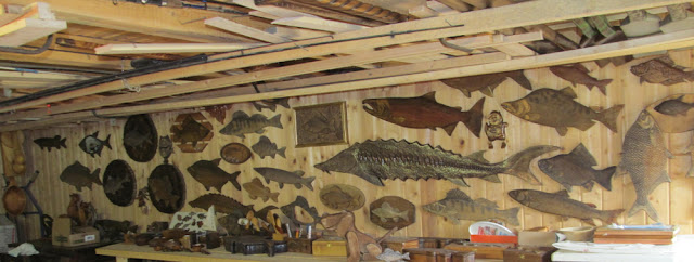 Стена с поделками в домашней мастерской