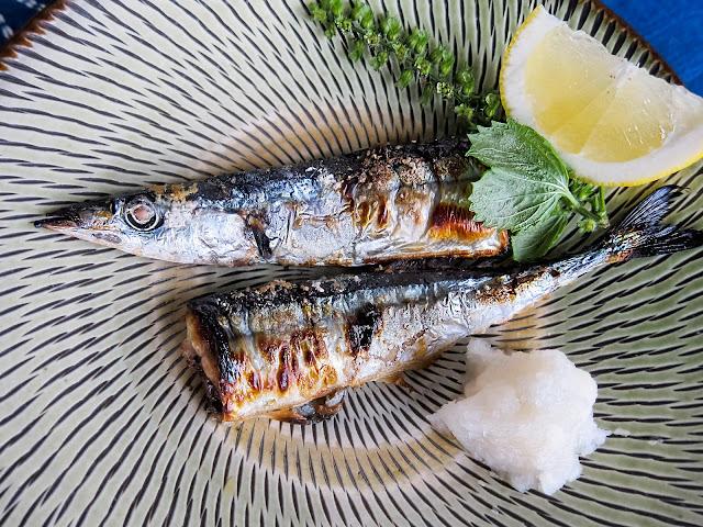 """Nhật Bản nổi tiếng với các món hải sản nên vào mùa thu bạn chắc chắn sẽ được thưởng thức hương vị này. Cá thu đao được thu hoạch từ giữa tháng 9 đến đầu tháng 10. Cách chế biến món ăn này khá đơn giản, cá thu đao được nướng với muối hòa quyện với """"vị"""" khói của than hồng.    Tuy không phải là loại cá đắt đỏ như nhiều loài hải sản khác nhưng cá thu đao lại sở hữu hàm lượng dinh dưỡng cao, chứa EPA, DHA rất cần cho sự phát triển não bộ và võng mạc mắt nên là món ăn mà bạn sẽ chẳng thế chối từ khi ở Nhật mùa này."""