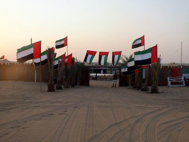 cena en un campamento en el desierto Dubai