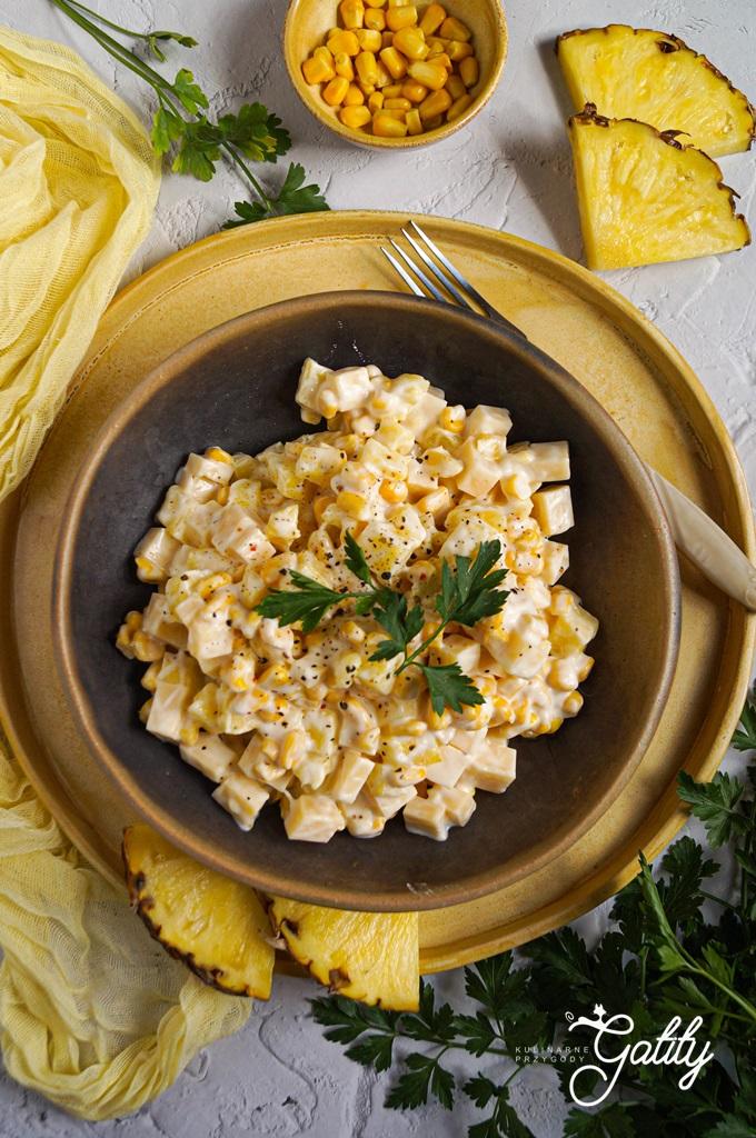 zolta-kukurydza-i-ananas-w-kostkach-na-talerzu