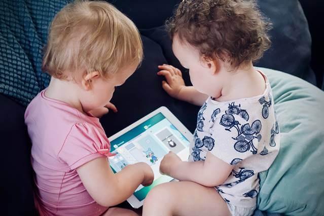 niños pequeños con acceso a internet