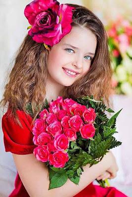 خلفيات طفلة تحمل ورود لونها روز وردي جميلة