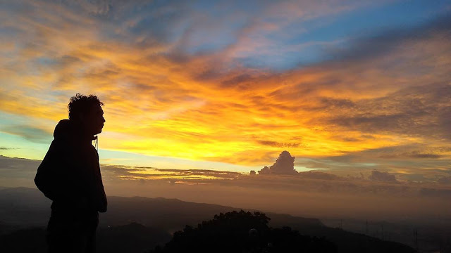 foto indahnya sunset dari puncak gunung api purba jogja