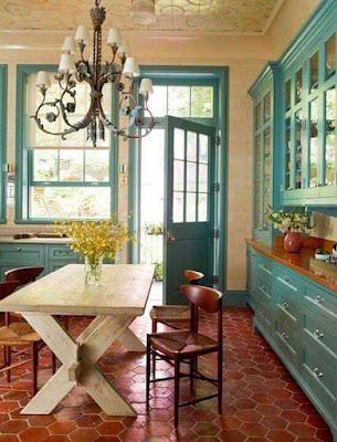 Cozinha rústica com azul e piso terracota