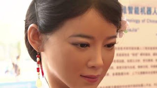 Дівчина - китайський робот