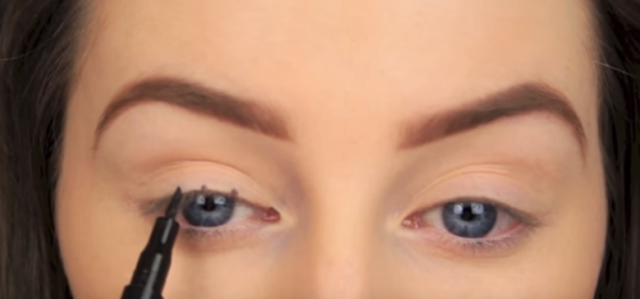 I'm So Impressed by Her Clever Trick for Applying Eyeliner— It's So Easy!